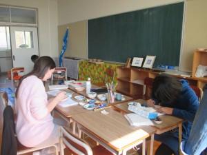 童心窯 絵付け体験 ALTの先生も体験中