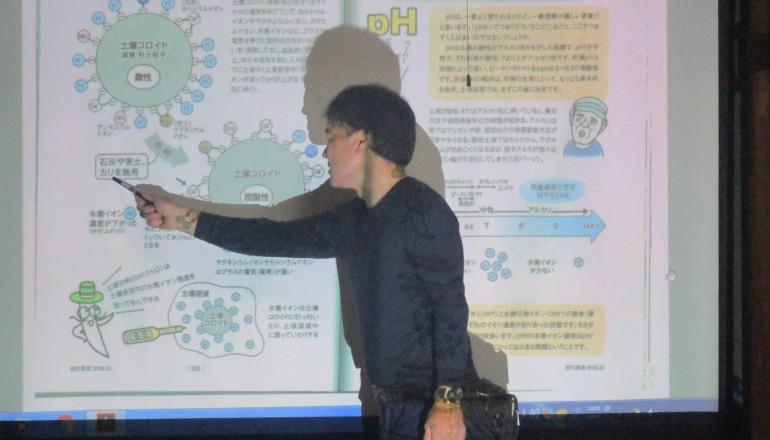 現代農業を教科書にして、プロジェクターを使ってわかりやすく説明する三田氏。
