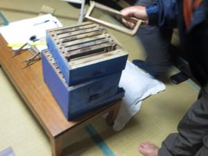 立石氏が推奨するのは、巣枠式の養蜂。インド製の巣枠式の巣箱を紹介して頂きました。インドで1000円くらいだったとか・・・。