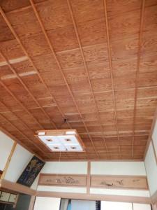 貼り替えの必要な天井。