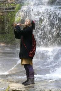 YOKOの音楽セラピー、滝の音をバックに篠笛が心地よい。