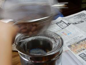焙煎です。ステンレスの取って付きのステンレスのザルを合わせて、豆の料は100gにしました。揺すりながら、焙煎して行きます。